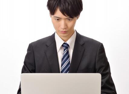 パソコンと向き合う男性