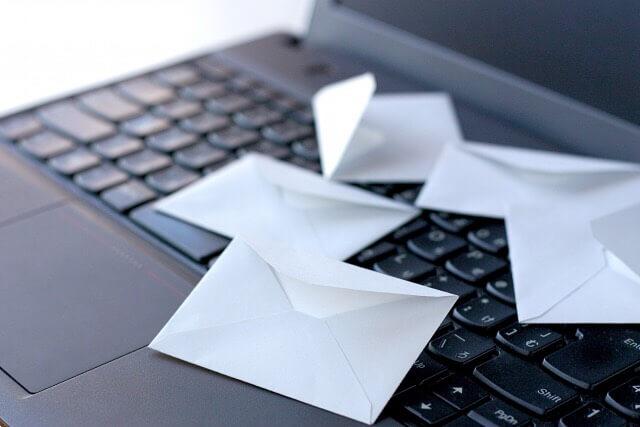 パソコンの上にあるたくさんの封筒