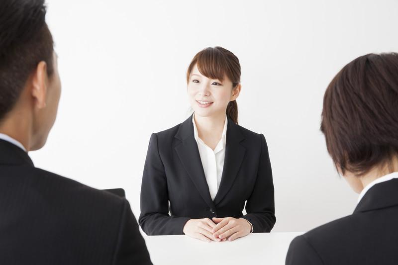 面接を受ける女性就活生