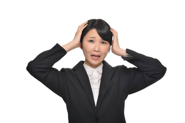 頭を抱える就職活動中の学生