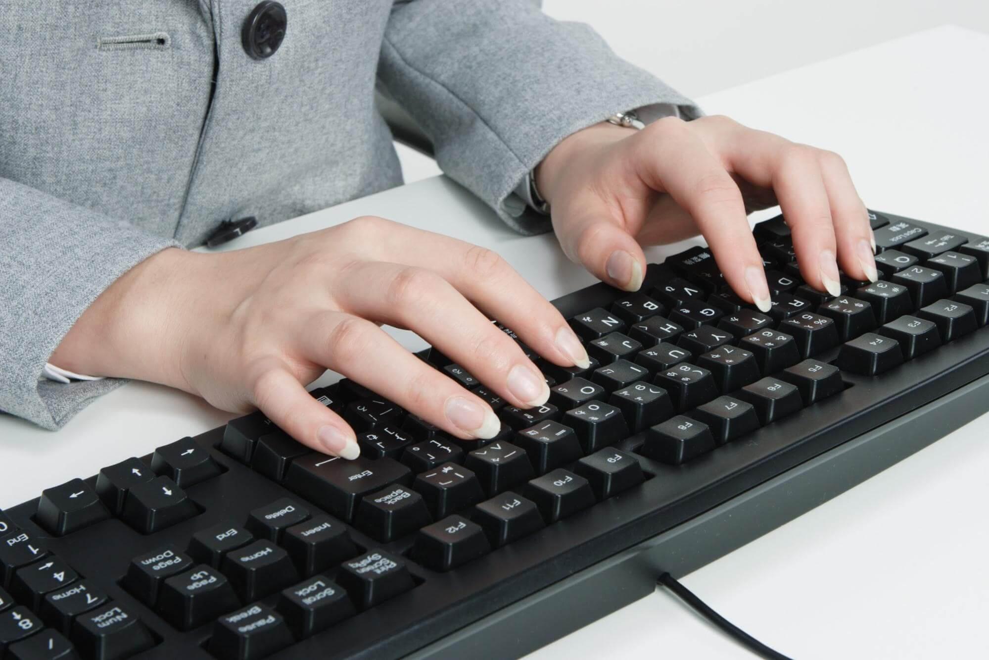 パソコンのキーボードを打つ男性